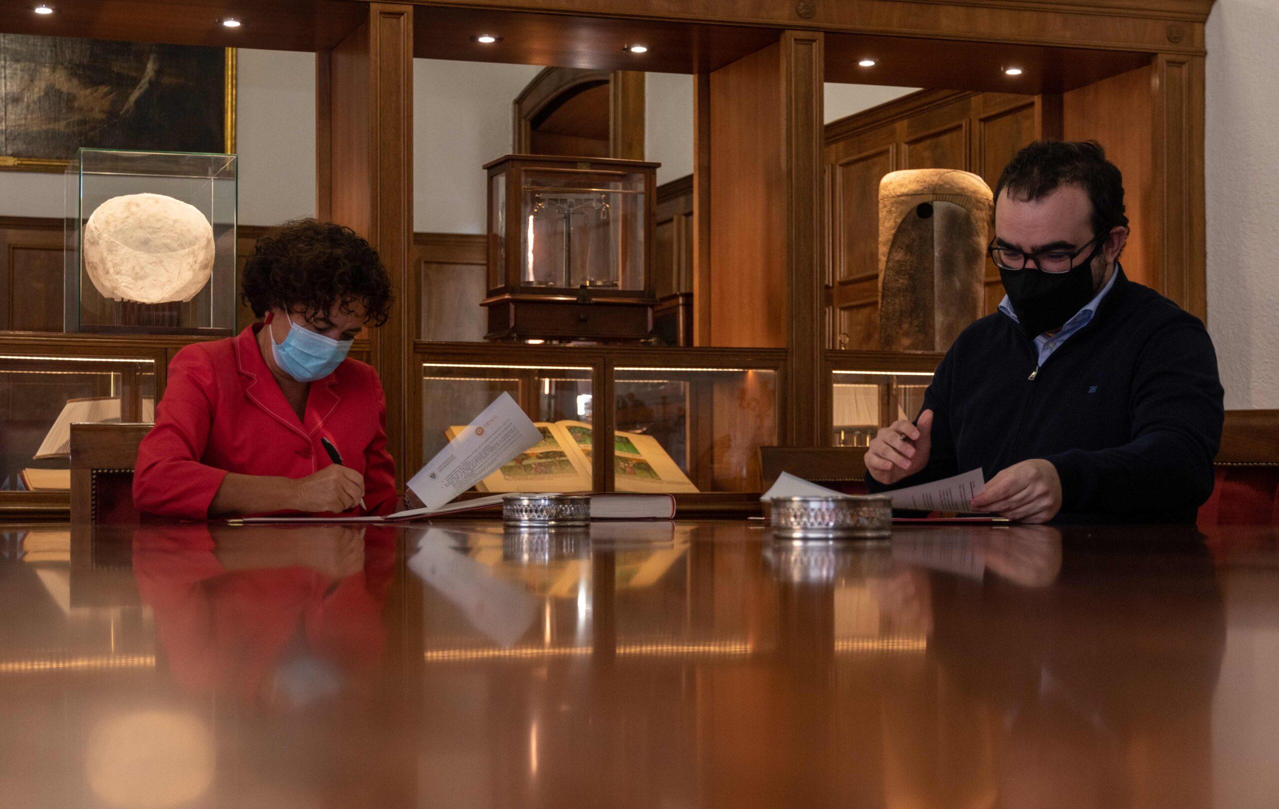La rectora de la UGR, Pilar Aranda, y el presidente de la FIBICC, Santiago Arroyo, en la firma del convenio