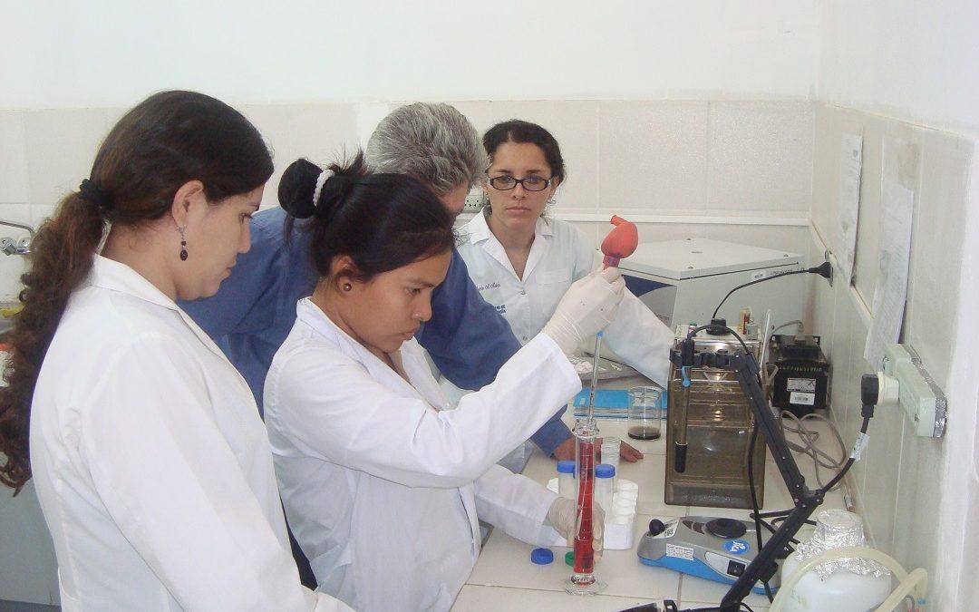 mujeres investigadoras laboratorio